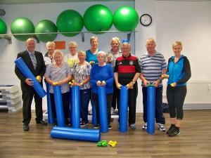 Auf dem Foto: Markus Thesing ( Sparkassenstiftung), unsere Seniorengruppe, und die Übungsleiterin Doris Kuhlmann.